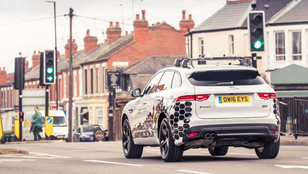Jaguar tests V2X traffic light system